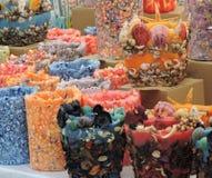 Bunte Kerzen mit Oberteilen Stockbild