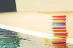 Bunte Kinderspielwaren durch die Seite des Swimmingpools stockbild