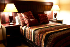 Bunte Kissen auf dem Bett Lizenzfreie Stockbilder