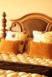 Bunte Kissen auf dem Bett Lizenzfreie Stockfotos