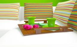 Bunte Kissen und Kaffee auf dem Sofa. Stockfotografie