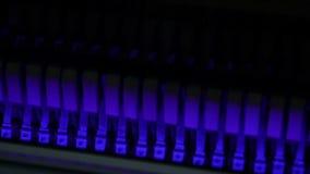 Bunte Klavierhämmer, Mechanikerhämmer und Schnüre innerhalb des Klaviers, Klavierhammermechanismus Langsame Bewegung stock footage