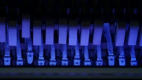 Bunte Klavierhämmer, Mechanikerhämmer und Schnüre innerhalb des Klaviers, Klavierhammermechanismus Langsame Bewegung stock video