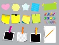 Bunte klebrige Anmerkung oder zerrissenes Papier Anwendung in der Schule, in der Arbeit oder in der Bürotätigkeit lizenzfreie abbildung