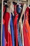 Bunte Kleider auf Aufhängern lizenzfreie stockfotos