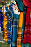 Bunte Kleider auf einer Tuchzeile Lizenzfreies Stockfoto