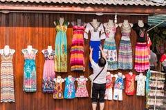 Bunte Kleider für Verkauf Lizenzfreie Stockfotos