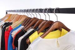 Bunte Kleidung auf Regal Stockbild