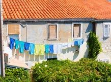 Bunte Kleidung auf Wäscheleine Stockbild