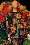 Bunte Kleidung mit Vögeln und Blumen Stockfoto