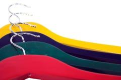 Bunte Kleidungaufhängungen lizenzfreie stockbilder