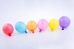 Bunte kleine Ballone in der Linie Stockfotografie