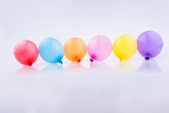 Bunte kleine Ballone in der Linie Stockfotos