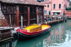 Bunte kleine Boote für Transport in einem Kanal von Venedig stockfotos