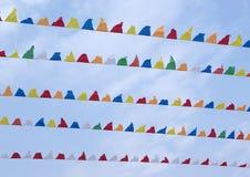 Bunte kleine dreieckige dekorative Pennons Stockbilder