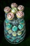 Bunte kleine Kuchen auf cakestand gegen dunklen Hintergrund Lizenzfreie Stockbilder