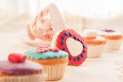 Bunte kleine Kuchen für Nachtisch. Lizenzfreies Stockfoto