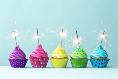 Bunte kleine Kuchen mit Wunderkerzen Stockfotografie