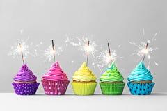 Bunte kleine Kuchen mit Wunderkerzen Lizenzfreies Stockbild