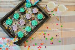 Bunte kleine Kuchen sind auf dem Behälter Lizenzfreie Stockbilder