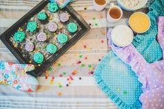Bunte kleine Kuchen sind auf dem Behälter Stockbilder