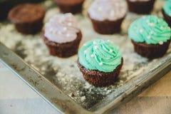 Bunte kleine Kuchen sind auf dem Behälter Lizenzfreie Stockfotografie