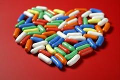 Bunte kleine Süßigkeitbonbons über Rot Stockbilder