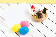 Bunte ökologische Styroschaum Ostereier und Huhn auf einem hölzernen Hintergrund Lizenzfreie Stockfotografie