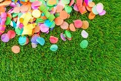 Bunte Konfettis und Ausläufer auf Gras als Schablone für celebra Stockfotos