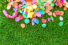 Bunte Konfettis und Ausläufer auf Gras als Schablone für celebra Stockbild