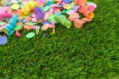 Bunte Konfettis und Ausläufer auf Gras als Schablone für celebra Stockfotografie