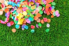 Bunte Konfettis und Ausläufer auf Gras als Schablone für celebra Lizenzfreies Stockbild