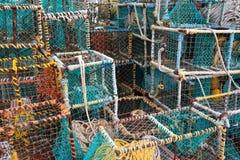 Bunte Krabben- und Hummerkäfige Stockbilder