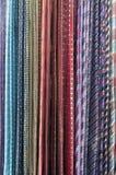 Bunte Krawatten, die auf einem Gestell haning sind lizenzfreies stockbild