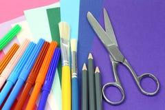 Bunte kreative Hilfsmittel und Papier Stockbilder