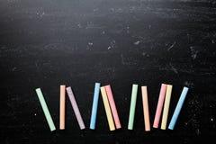 Bunte Kreiden auf Tafel für zurück zu Schulhintergrund Stockfoto