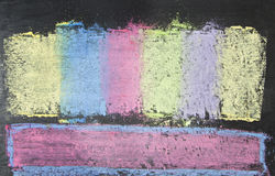 Bunte Kreiden auf Tafelhintergrund Stockfoto