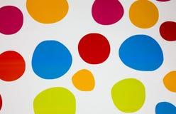 Bunte Kreise auf dem wei?en Hintergrund Wirkliche Runden malten auf der Wand Helle Bereiche f?r Wandpapier Kindermalereien und lizenzfreies stockfoto