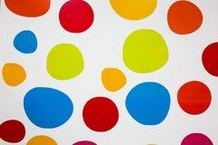 Bunte Kreise auf dem wei?en Hintergrund Wirkliche Runden malten auf der Wand Helle Bereiche f?r Wandpapier Kindermalereien und lizenzfreies stockbild