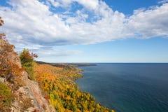 Bunte Küstenlinie des Oberen Sees mit drastischem Himmel Stockbilder