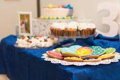 Bunte Kuchen und kleine Kuchen Lizenzfreies Stockfoto