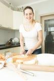 Bunte Kuchenknalle und -plätzchen auf weißem hölzernem Schreibtisch Stockfotos