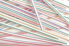 Bunte Kunststoffrohre des Trinkhalms über weißem Hintergrund Lizenzfreies Stockbild