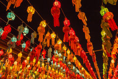 Bunte Lampe und Laterne in Loi Krathong Wat Phra That Haripunc lizenzfreie stockfotos
