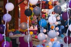 Bunte Laternen des Weihnachtsmarktes Lizenzfreies Stockfoto