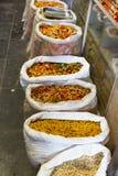 Bunte Lebensmittelmakkaroniteigwaren in den Taschen in Indien-Markt Stockbilder