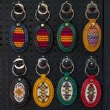 Bunte lederne embroided Schlüsselringe auf schwarzem Hintergrund für Verkauf, Bulgarien lizenzfreies stockfoto
