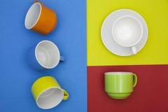 bunte leere Kaffeetasse auf Papierhintergrund Lizenzfreies Stockfoto