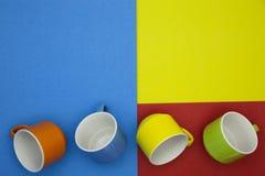 bunte leere Kaffeetasse auf Papierhintergrund Stockfotos