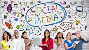 Bunte Leute mit Social Media-Skizze Stockfotografie